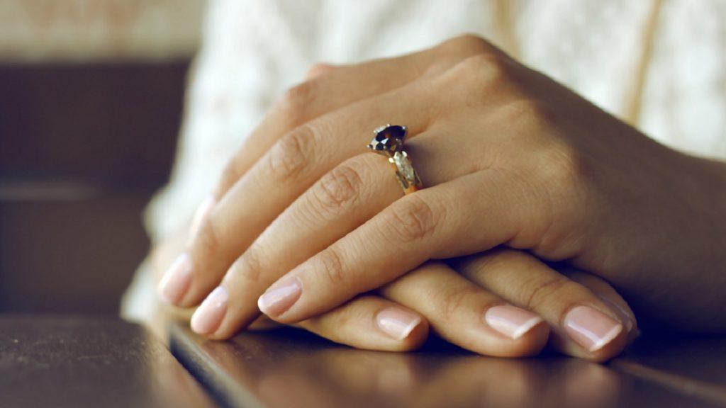 Read more about the article Okiem chłopa: Jak wybrać pierścionek zaręczynowy?